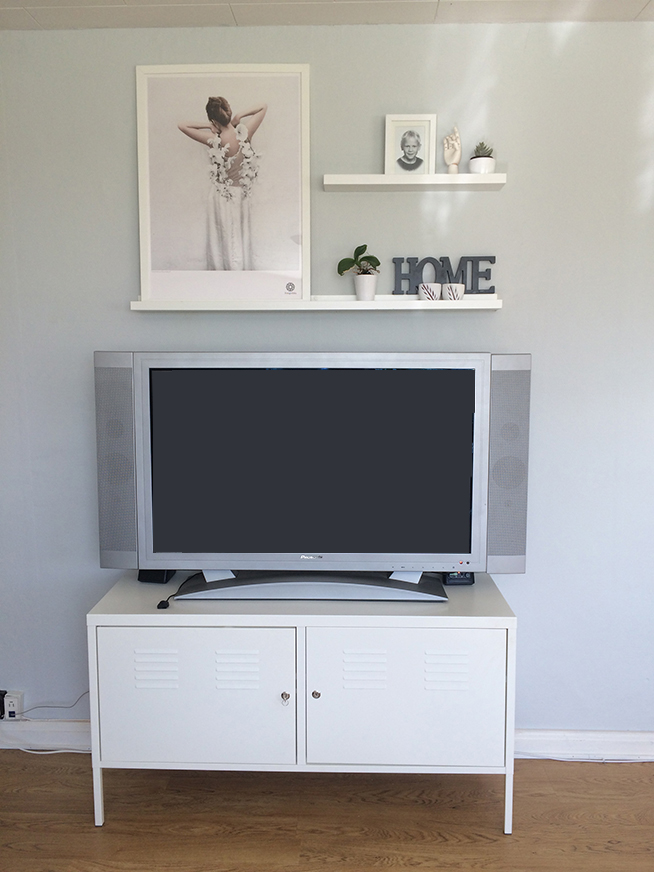 grey_wall_tv_area_blondiemoments3