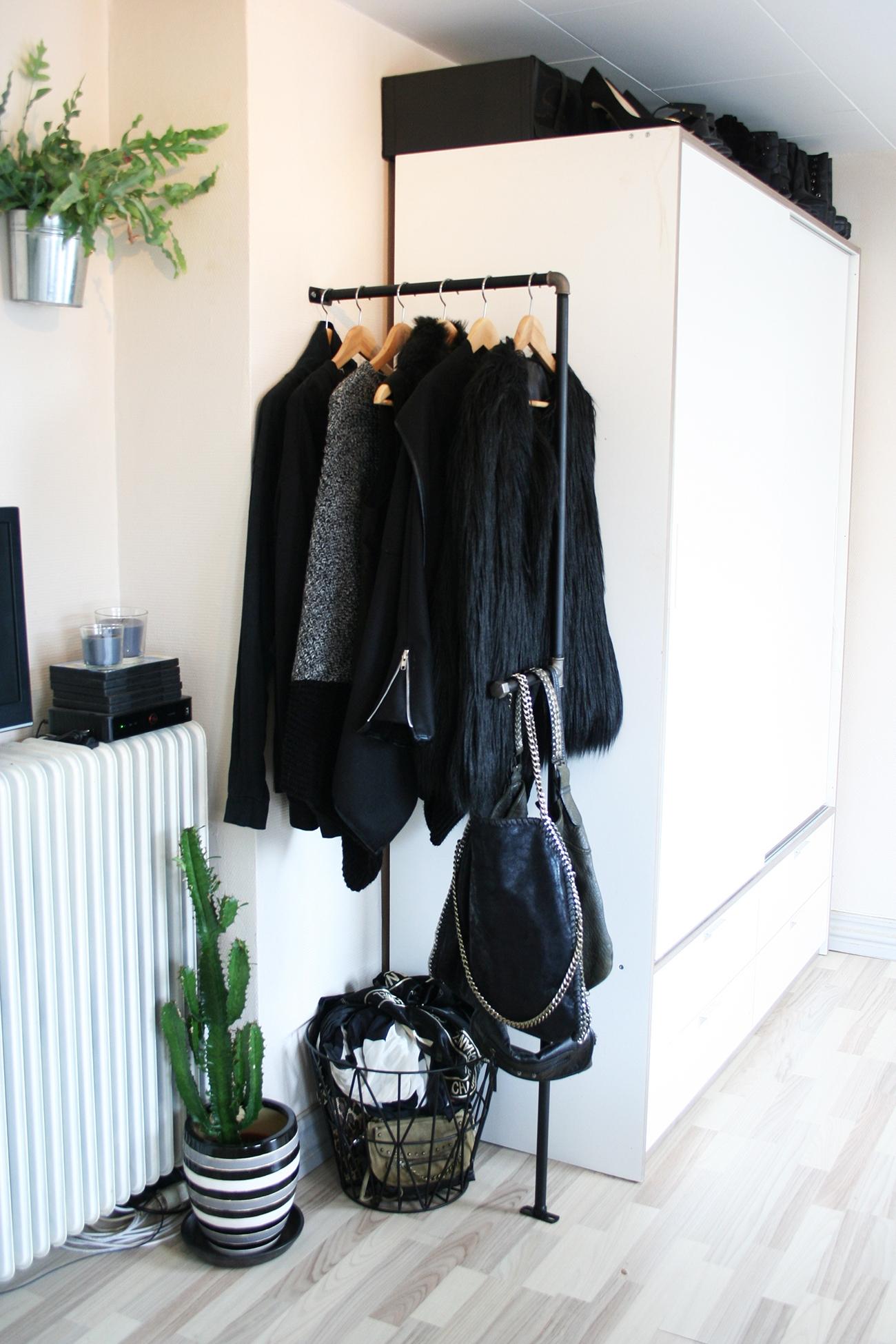 vandrør tøjstativ Pipe rack | Et tøjstativ af vandrør   Have a Seat | Interior  vandrør tøjstativ